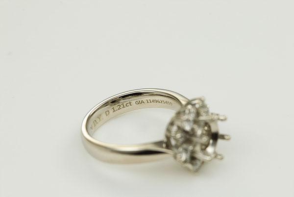 반지 안쪽에 새겨진 다이아몬드